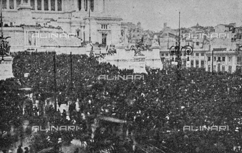 """IIB-S-091846-452C - First World War: crowd in front of the Altare della Patria in Rome during the celebrations for the end of the war. Photography taken from the magazine """"L' Illustrazione italiana"""" of November 17, 1918, no. 46, page 452C - Date of photography: 11-16/11/1918 - Library of Fratelli Alinari Museum of the History of Photography, Florence"""