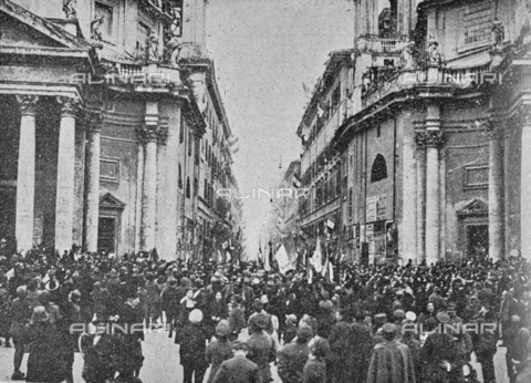 """IIB-S-091846-452D - First World War: crowd in Piazza del Popolo in Rome during the celebrations for the end of the war. Photography taken from the magazine """"L' Illustrazione italiana"""" of November 17, 1918, no. 46, page 452D - Date of photography: 11-16/11/1918 - Library of Fratelli Alinari Museum of the History of Photography, Florence"""