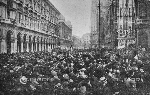"""IIB-S-091846-452E - First World War: crowd in Piazza Duomo in Milan during the celebrations for the end of the war. Photography taken from the magazine """"L' Illustrazione italiana"""" of November 17, 1918, no. 46, page 452D - Date of photography: 11-16/11/1918 - Library of Fratelli Alinari Museum of the History of Photography, Florence"""