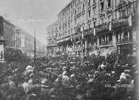 """IIB-S-091846-452F - First World War: crowd in Piazza Duomo in Milan, in front of the palace of the Military Union Cooperative, during the celebrations for the end of the war. Photography taken from the magazine """"L' Illustrazione italiana"""" of November 17, 1918, no. 46, page 452D - Date of photography: 11-16/11/1918 - Library of Fratelli Alinari Museum of the History of Photography, Florence"""