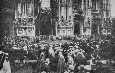 """IIB-S-091846-452G - First World War: crowd and soldiers in Piazza Duomo in Milan for the solemn """"Te Deum"""" of thanksgiving for the end of the war. Photography taken from the magazine """"L' Illustrazione italiana"""" of November 17, 1918, no. 46, page 452G - Date of photography: 11-16/11/1918 - Library of Fratelli Alinari Museum of the History of Photography, Florence"""
