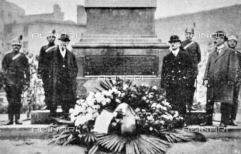 """IIB-S-091846-452H - First World War: laying of the plaque in memory of Nazario Sauro and Cesare Battisti on the Monument to the Fallen for the Fatherland in Unità Italiana Square in Florence. Photography taken from the magazine """"L' Illustrazione italiana"""" of November 17, 1918, no. 46, page 452H - Date of photography: 11-16/11/1918 - Library of Fratelli Alinari Museum of the History of Photography, Florence"""