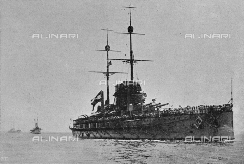 """IIB-S-091846-456C - First World War: the Austrian battleship Viribus Unitis sunk November 1, 1918 by Lieutenant Raffaele Paolucci physician and Lieutenant Colonel of Naval genius Raffaele Rossetti during the company Pola. Photography taken from the magazine """"L' Illustrazione italiana"""" of November 17, 1918, no. 46, page 456B - Date of photography: 01/07-31/10/1918 - Library of Fratelli Alinari Museum of the History of Photography, Florence"""