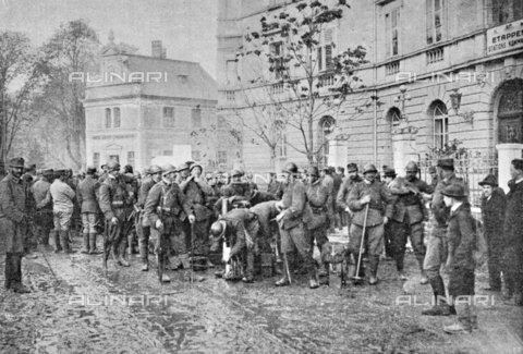 """IIB-S-091847-471A - First World War: the first Italian Army soldiers arrived in Bolzano on the days of the signing of the armistice between the Austro-Hungarian Empire and Italy, allied with the Triple Intesa (the United Kingdom, France and Russia). Photography taken from the magazine """"L' Illustrazione italiana"""" of November 24, 1918, no. 47, page 471A - Date of photography: 03-23/11/1918 - Library of Fratelli Alinari Museum of the History of Photography, Florence"""