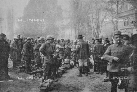 """IIB-S-091847-471B - First World War: the soldiers of the Italian army guarding the Bolzano Station on the days of the signing of the armistice between the Austro-Hungarian Empire and Italy, allied with the Triple Intesa (the United Kingdom, France and Russia). Photography taken from the magazine """"L' Illustrazione italiana"""" of November 24, 1918, no. 47, page 471A - Date of photography: 03-23/11/1918 - Library of Fratelli Alinari Museum of the History of Photography, Florence"""