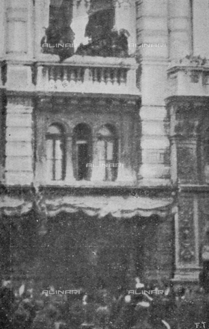 """IIB-S-091847-482A - First World War: the tricolor flag lifted on the balcony of the Trieste City Hall at 14 on October 30. Photography taken from the magazine """"L' Illustrazione italiana"""" of November 24, 1918, no. 47, page 482A - Date of photography: 30/10/1918 - Library of Fratelli Alinari Museum of the History of Photography, Florence"""
