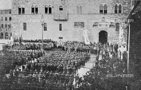"""IIB-S-091847-485A - Special Events patriotic in Italy: a parade of troops and distribution of medals in Piazza della Signoria in Florence on the day of the birthday of King Vittorio Emanuele III. Photography taken from the magazine """"L' Illustrazione italiana"""" of November 24, 1918, no. 47, page 485A - Date of photography: 11/11/1918 - Library of Fratelli Alinari Museum of the History of Photography, Florence"""