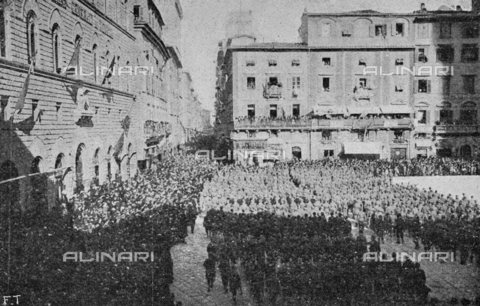 """IIB-S-091847-485B - Special Events patriotic in Italy: a parade of troops and distribution of medals in Piazza della Signoria in Florence on the day of the birthday of King Vittorio Emanuele III. Photography taken from the magazine """"L' Illustrazione italiana"""" of November 24, 1918, no. 47, page 485B - Date of photography: 11/11/1918 - Library of Fratelli Alinari Museum of the History of Photography, Florence"""