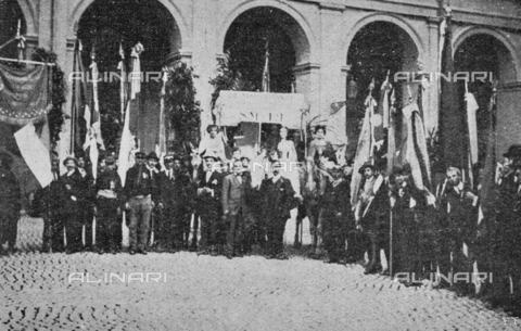 """IIB-S-091847-485C - Special Events patriotic in Italy: """"Representatives of war workers and flags of sodalizations, in the courtyard of the Quirinale"""" on the day of the birthday of King Vittorio Emanuele III. Photography taken from the magazine """"L' Illustrazione italiana"""" of November 24, 1918, no. 47, page 485C - Date of photography: 11/11/1918 - Library of Fratelli Alinari Museum of the History of Photography, Florence"""