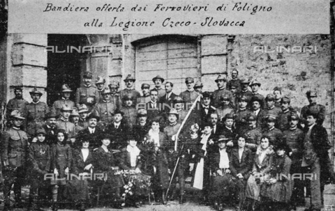 """IIB-S-091847-485H - Special Events patriotic in Italy: """"Foligno railroads offer the flag to the Czech-Slovak Legion (Czechoslovakia)"""". Photography taken from the magazine """"L' Illustrazione italiana"""" of November 24, 1918, no. 47, page 485H - Date of photography: 10/1918-11/1918 - Library of Fratelli Alinari Museum of the History of Photography, Florence"""