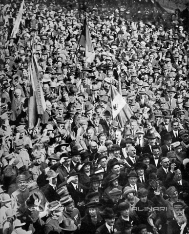 IIB-S-092115-0417 - A crowd of citizen in Capodistria rejoices during the reading of the annexation decree to Italy - Date of photography: 04/04/1921 - Library of Fratelli Alinari Museum of the History of Photography, Florence