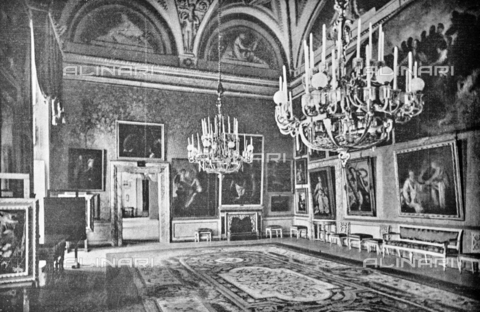 """IIB-S-092226-760C - Pitti Palace Green Hall where they were exhibited the paintings of Domenico Fetti and Bernardo Strozzi for the exhibition of Italian painting of the seventeenth and eighteenth centuries. Photograph taken from the magazine """"L 'Illustrazione italiana"""" of 25 June 1922, n. 26, page 760; on the right-hand wall we can see the Santa Caterina d'Alessandria by Bernardo Strozzi, now in the Uffizi - Date of photography: 1922 - Library of Fratelli Alinari Museum of the History of Photography, Florence"""