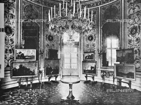 """IIB-S-092226-761C - Cabinet of the Queen of Palazzo Pitti where the paintings of Canaletto and Guardi were exhibited on the occasion of the Italian Painting Exhibition of the 17th and 18th centuries. Photograph taken from the magazine """"L 'Illustrazione italiana"""" of 25 June 1922, n. 26, page 761 - Date of photography: 1922 - Library of Fratelli Alinari Museum of the History of Photography, Florence"""