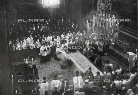 IIB-S-093119-0699 - Priests and other clergy, during the revealing of the Holy Shroud at the San Giovanni Cathedral, in Turin - Date of photography: 03/05/1931 - Library of Fratelli Alinari Museum of the History of Photography, Florence