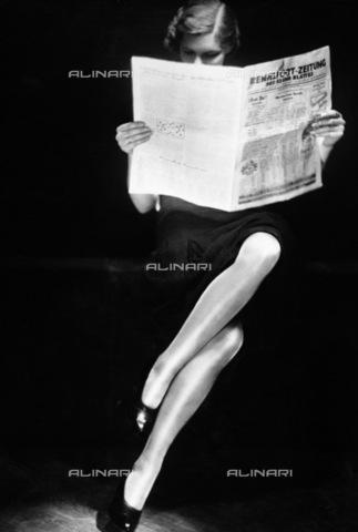 IMA-F-141672-0000 - Donna che legge un giornale, 1930 - Data dello scatto: 1930 - Imagno/Archivi Alinari