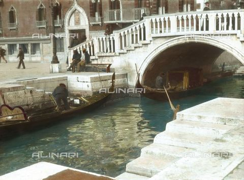 IMA-F-590064-0000 - The bridge in front of Palazzo Dandolo Gritti Bernardo at the Riva degli Schiavoni, Venice - Data dello scatto: 1900 ca. - Öst. Volkshochschularchiv / Imagno/Alinari Archives