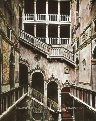 IMA-F-590068-0000 - Neogothic ladder of the Palazzo Dandolo Gritti Bernardo, which now hosts Hotel Danieli Excelsior, Venice - Data dello scatto: 1900 ca. - Öst. Volkshochschularchiv / Imagno/Alinari Archives