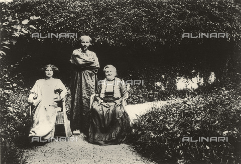 IMA-F-621204-0000 - The painter Gustav Klimt portrait together with Emilie Floge and his mother Barbara in Villa Oleander Garden Kammer on the Attersee Lake - Data dello scatto: 1912 - Austrian Archives / Imagno/Alinari Archives