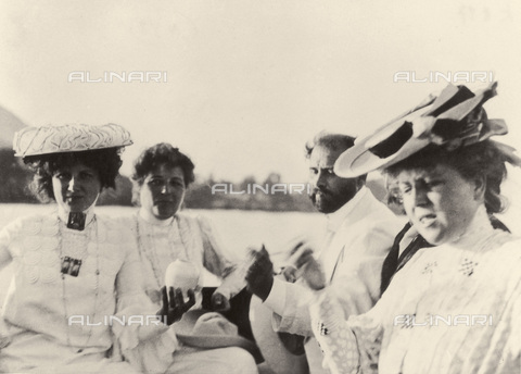 IMA-F-621251-0000 - Emilie and Pauline Floge, Gustav Klimt and Hermione Floge in a speedboat on Lake Attersee - Data dello scatto: 1905 - Austrian Archives / Imagno/Alinari Archives