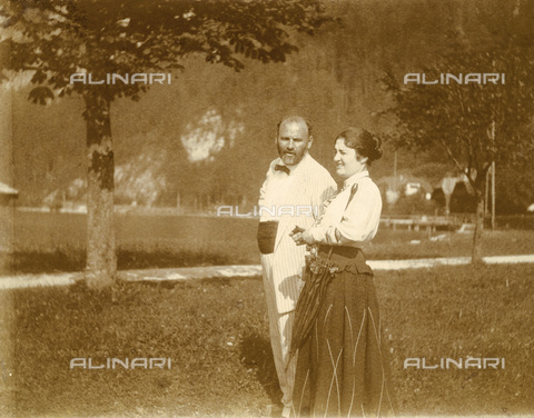 IMA-F-621266-0000 - The painter Gustav Klimt (1862-1918) portrait together to Friederike Beer-Monti Weißenbach at Lake Attersee - Data dello scatto: 06-09/1916 - Austrian Archives / Imagno/Alinari Archives