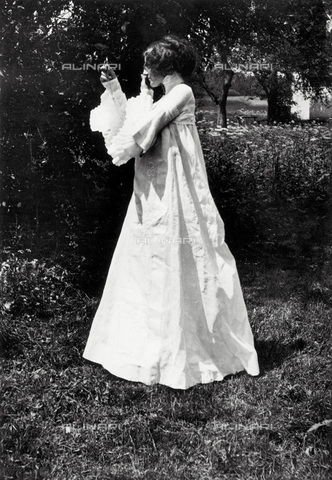 IMA-F-621913-0000 - Emilie Floge, companion of Gustav Klimt, photographed with a dress designed by the painter - Data dello scatto: 1906 - Austrian Archives / Imagno/Alinari Archives