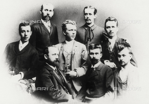 IMA-F-621970-0000 - Class photo at the Wiener Kunstgewerbeschule. In the front row Ferdinand Laufberger, Gustav and Ernst Klimt. In the third row (with dark suit) Franz Matsch - Data dello scatto: 1880 - Austrian Archives / Imagno/Alinari Archives