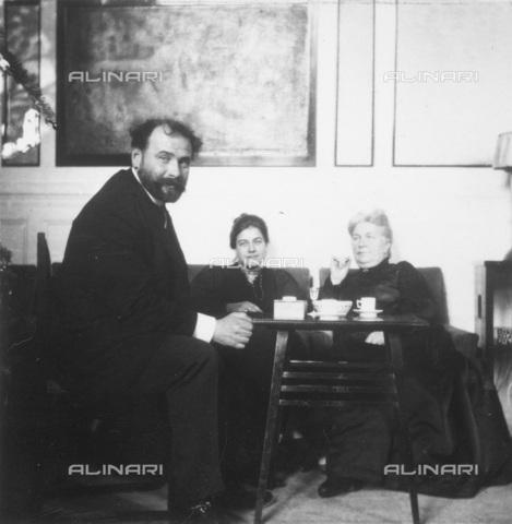 IMA-F-622195-0000 - The painter Gustav Klimt (1862-1918) portrait along with the graphic Editha (Ditha) Moser (1883-1939) and his mother Editha Mautner von Markhof (born von Sunstenau Schuetzenthal) - Data dello scatto: 1906 - Austrian National Library / Imagno/Alinari Archives