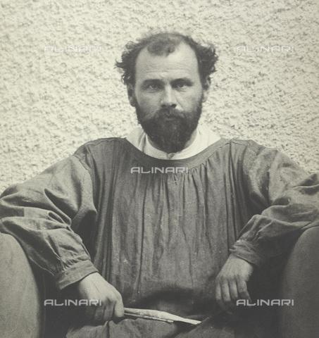 IMA-F-622199-0000 - The painter Gustav Klimt (1862-1918) portrait in the main hall of the fourteenth exhibition of the Vienna Secession in 1902 - Data dello scatto: 1902 - Austrian National Library / Imagno/Alinari Archives