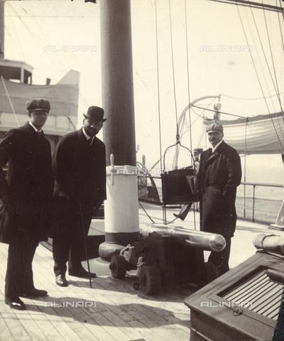 IMA-F-622202-0000 - The painter Gustav Klimt (1862-1918) portrayed alongside Fritz Waerndorfer (1868-1939) and the painter Carl Otto Czeschka (1878-1960) on a ship in London - Data dello scatto: 1906 - Austrian National Library / Imagno/Alinari Archives