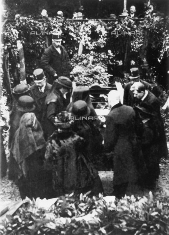 IMA-F-622437-0000 - The funeral of Gustav Klimt's to Hietzinger Friedhof. The picture shows Josef Hoffmann, Berta Zuckerkandl, Anton Hanak, Gustav Nebehay, Ludwig Heinrich Jungnickel, Julius Tandler and the background on the left Arnold Schoenberg and Alban Berg - Data dello scatto: 09/02/1918 - Austrian Archives / Imagno/Alinari Archives
