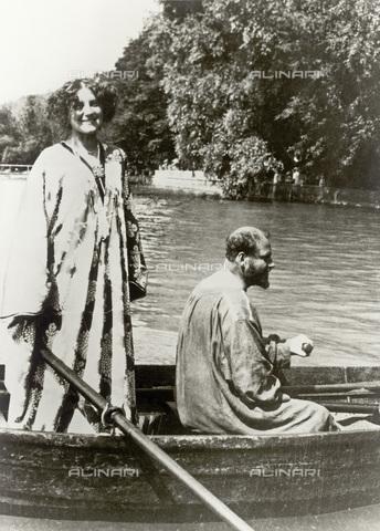 IMA-F-622543-0000 - Gustav Klimt (1862-1918) and Emilie Flöge in boat in Attersee - Data dello scatto: 1909 - Wien Museum / Imagno/Alinari Archives