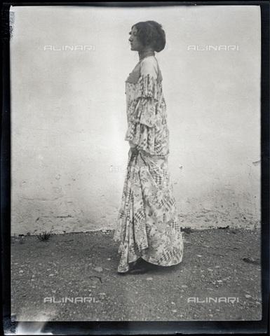 IMA-F-622890-0000 - Emilie Flöge wearing a 'reformed' dress in Weissenbach at the Attersee lake - Data dello scatto: 1906 - Austrian Archives / Imagno/Alinari Archives