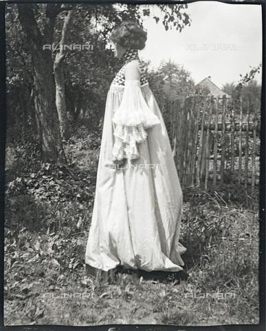 IMA-F-622891-0000 - Emilie Flöge wearing a 'reformed' dress in Weissenbach at the Attersee lake - Data dello scatto: 1906-1907 - Austrian Archives / Imagno/Alinari Archives