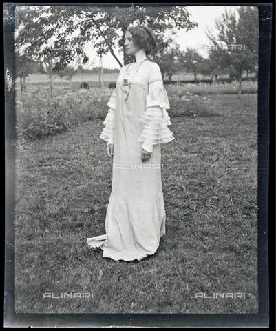 IMA-F-622892-0000 - Emilie Flöge wearing a 'reformed' dress in Weissenbach at the Attersee lake - Data dello scatto: 1906 - Austrian Archives / Imagno/Alinari Archives