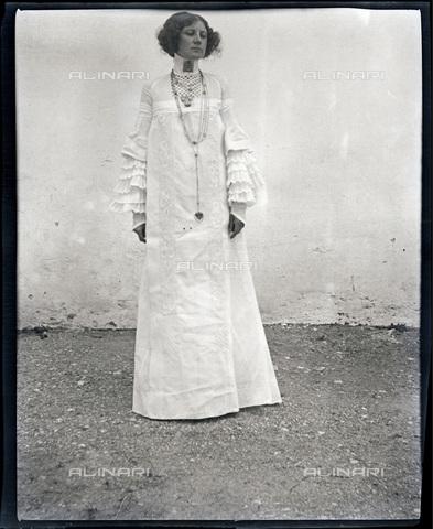 IMA-F-622895-0000 - Emilie Flöge wearing a 'reformed' dress in Weissenbach at the Attersee lake - Data dello scatto: 1906-1907 - Austrian Archives / Imagno/Alinari Archives