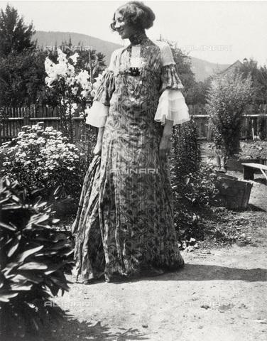 IMA-F-622898-0000 - Emilie Flöge wearing a 'reformed' dress in Weissenbach at the Attersee lake - Data dello scatto: 1906 - Austrian Archives / Imagno/Alinari Archives