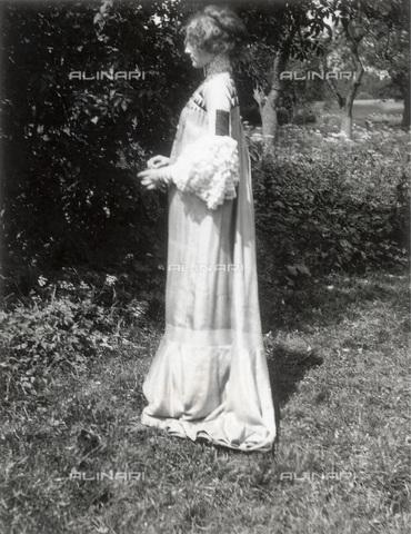 IMA-F-622899-0000 - Emilie Flöge, companion of Gustav Klimt (1862-1918), in a dress of reform (Reforming Fashion); photograph of the artist - Data dello scatto: 1906 - Austrian Archives / Imagno/Alinari Archives