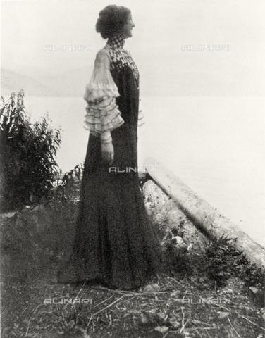 IMA-F-622900-0000 - Emilie Flöge, companion of Gustav Klimt (1862-1918), in a dress of reform (Reforming Fashion); photograph of the artist - Data dello scatto: 1906 - Austrian Archives / Imagno/Alinari Archives
