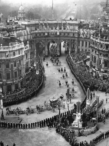 IMA-F-623459-0000 - The royal procession on the occasion of the coronation of King George VI of England in London on May 12, 1937 - Data dello scatto: 12/05/1937 - Austrian Archives (S) / Imagno/Alinari Archives