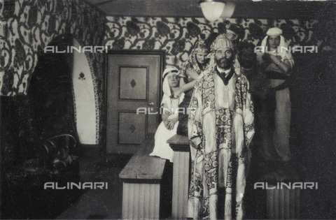 IMA-F-624091-0000 - Gustav Klimt (1862-1918) wearing the Waldidyll dress (designed by Carl Otto Czeschka, 1878-1960) to a house party Primavesi - Data dello scatto: 1916 - Austrian Archives / Imagno/Alinari Archives
