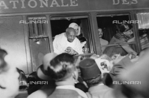 IMA-F-626259-0000 - Indian pacifist Mahatma Gandhi on the transit at Lyon train station in Paris - Data dello scatto: 1930 ca. - Austrian Archives (S) / Imagno/Alinari Archives