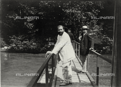 IMA-F-641321-0000 - Gustav Klimt (1862-1918) with a friend on the Attersee - Data dello scatto: 1910 - Austrian Archives / Imagno/Alinari Archives