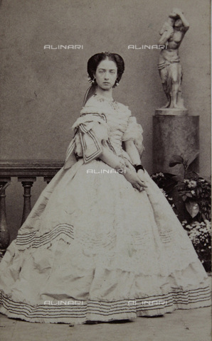 IMA-F-644007-0000 - Lady with center parting in bright dress with dark stripes - Data dello scatto: 1865 - Disderi & Cie. / Austrian Archives / Imagno/Alinari Archives