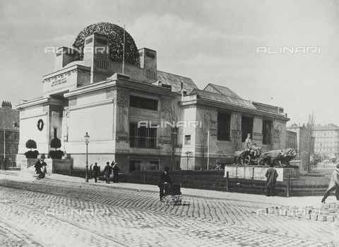 IMA-F-647436-0000 - The Secession Palace in Vienna. In the background the Café Dobner - Date of photography: 1910 ca. - Austrian Archives / Imagno/Alinari Archives