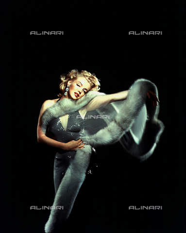 INT-F-021308-0000 - Marilyn Monroe in abito da sera con una stola di pelliccia - Data dello scatto: 1950-1959 - Interfoto/Archivi Alinari