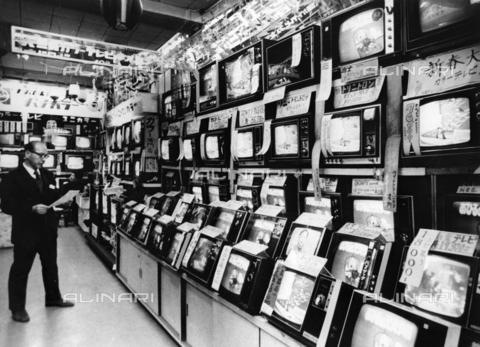 INT-F-076312-0000 - Negozio di televisori, Tokio, 1971 - Data dello scatto: 1971 - Sammlung Karl / Interfoto/Archivi Alinari