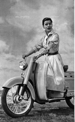 INT-F-101568-0000 - Ragazza a bordo di un motorino DKW Hobby - Data dello scatto: 1954 - Friedrich / Interfoto/Archivi Alinari