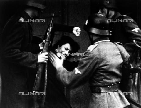 """INT-F-115533-0000 - Anna Magnani in una scena del film """" Roma, città aperta""""; regia di Roberto Rossellini, Italia, 1945 - Data dello scatto: 1945 - Archiv Friedrich / Interfoto/Archivi Alinari"""