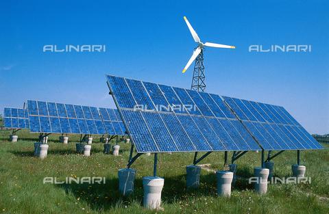 INT-F-117346-0000 - Energia - Pannelli per la produzione di energia solare - Data dello scatto: 2003 circa - Interfoto/Archivi Alinari