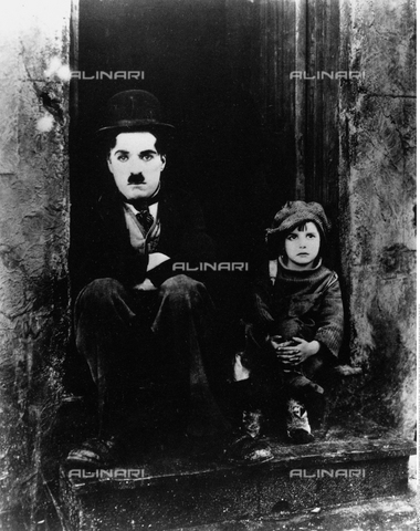 "INT-F-164055-0000 - The actor and film director Charlie Chaplin (1889-1977) and the child Jackie Coogan in a scene from the movie ""The Monello"" - Friedrich / Interfoto/Alinari Archives"